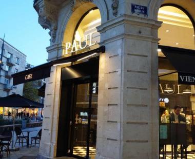 store banne avec leds intégrées et lambrequin lumineux Boulangerie «Paul» à Caen