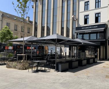 Installation de parasols Glatz au «Café de Caen»
